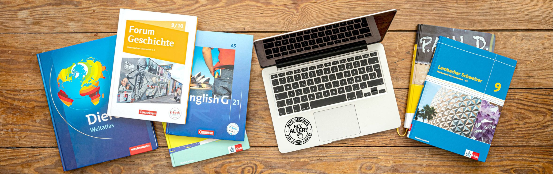 Schulbücher mit Laptop